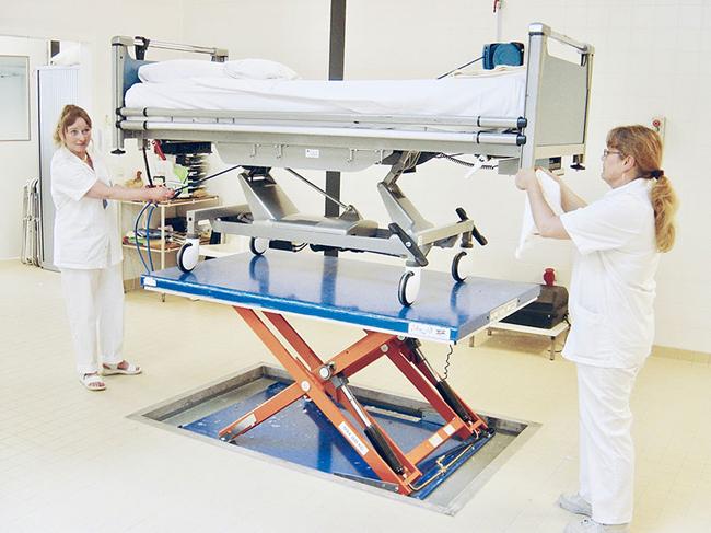 Гидравлические столы для очистки больничных коек
