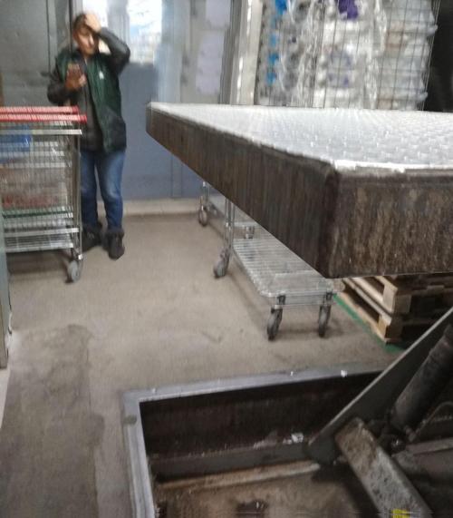 Гидравлический стол с отсутствующей кромкой безопасности
