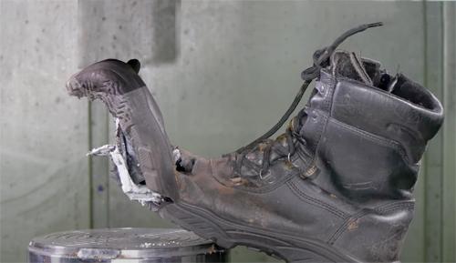 Ботинок с металлической защитой попал под пресс