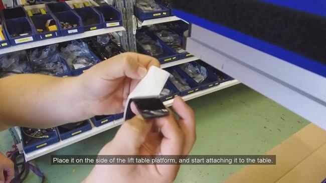 Отсоедините белую пластиковую подложку и освободите клеевой край ленты