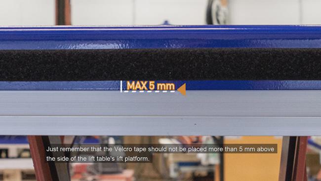 Лента должна размещаться не выше 5 мм от нижнего края платформы стола