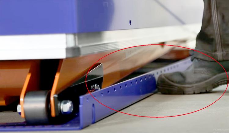 Выступы рамы стола защищают пальцы ног