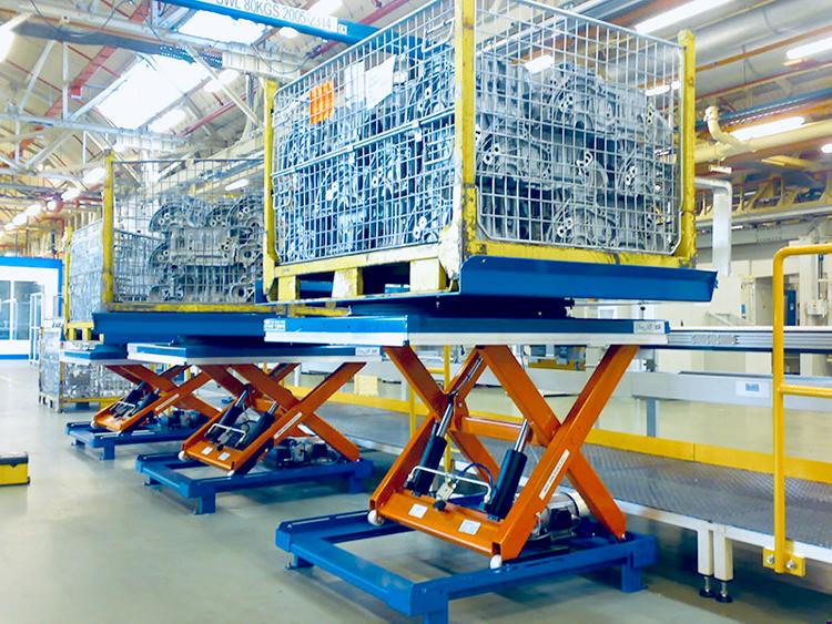 Гидравлический подъемный стол на складе